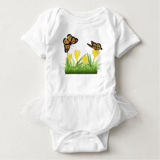 Camisetas Açafrão na grama com borboleta