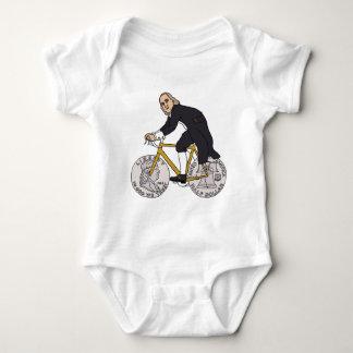 Camisetas Ben Franklin em uma bicicleta com as rodas do meio