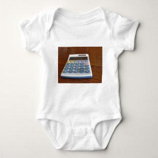 Camisetas Calculadora solar em uma mesa de madeira