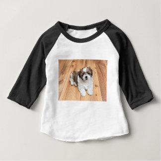 Camisetas Cão novo de Chu do qui que encontra-se no assoalho