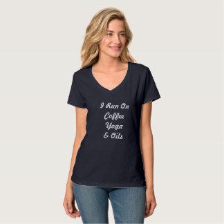 Camisetas Eu funciono na ioga & nos óleos do café