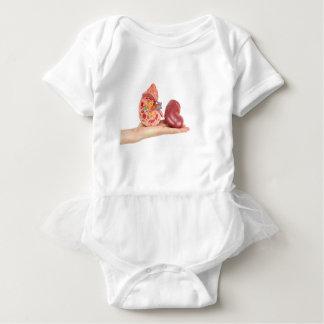 Camisetas Mão lisa que mostra o rim humano modelo