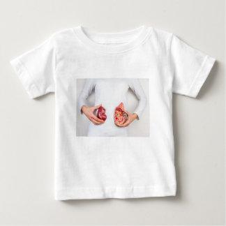 Camisetas Mãos que guardaram o modelo do órgão humano do rim