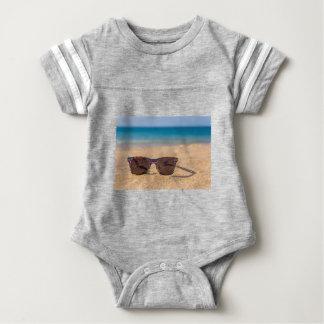 Camisetas Óculos de sol coloridos que encontram-se em