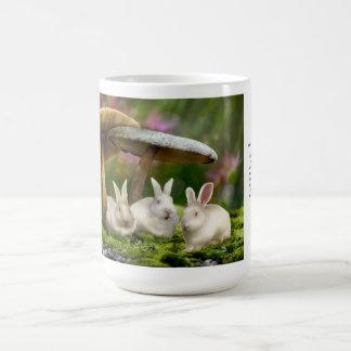 caneca 15oz: Coelhos em cogumelos dos coelhos do