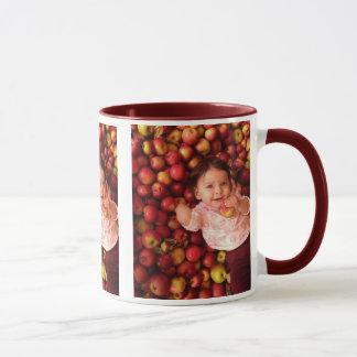 Caneca Adele entre as maçãs
