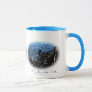Caneca da arte do viciado do café do corvo