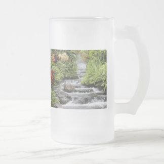 Caneca da cachoeira da natureza
