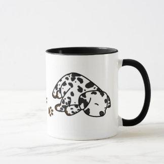 Caneca Dalmatian sonolento do filhote de cachorro
