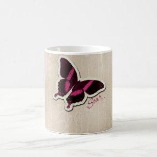 Caneca De Café A borboleta cor-de-rosa sobe no fundo bege