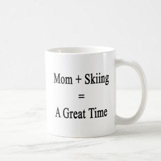 Caneca De Café A mamã mais o esqui iguala uma grande estadia