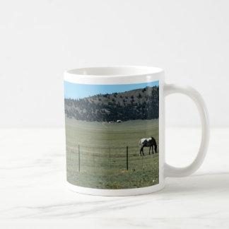 Caneca De Café Cavalos no campo com montanhas
