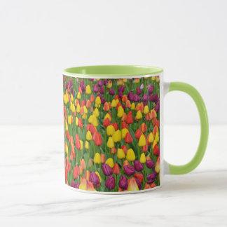 Caneca de café colorida do teste padrão da tulipa