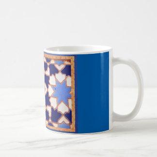 Caneca de café com teste padrão do azulejo do