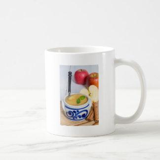 Caneca De Café Compota de maçã com canela na bacia da faiança