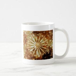 Caneca De Café Cores douradas mornas cósmicas de Brown do