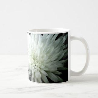 Caneca De Café Crisântemo preto e branco da flor da neve