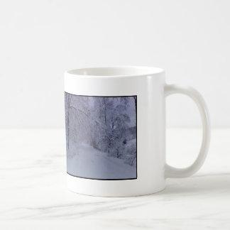 caneca de café da cena do inverno