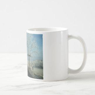Caneca de café do inverno - todas as estradas