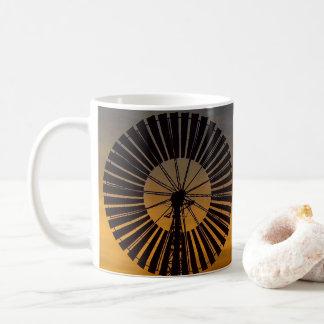 Caneca de café do por do sol do moinho de vento