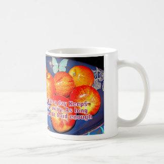 Caneca De Café duro da batida com maçãs