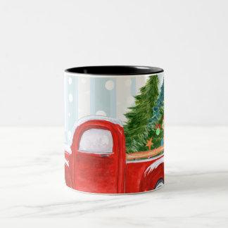 Caneca De Café Em Dois Tons Camionete vermelho do Natal em uma estrada nevado