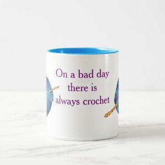 Caneca De Café Em Dois Tons Em um dia mau há sempre um crochet