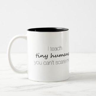 Caneca De Café Em Dois Tons Eu ensino seres humanos minúsculos, você não posso