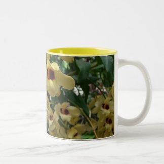 Caneca De Café Em Dois Tons Foto floral elegante das orquídeas amarelas e