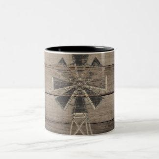 Caneca De Café Em Dois Tons Moinho de vento de madeira resistido rústico do