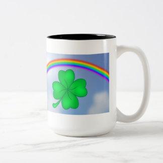 Caneca De Café Em Dois Tons Trevo De Quatro Folhas com arco-íris
