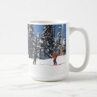 Caneca De Café Esquiadores em uma inclinação nevado