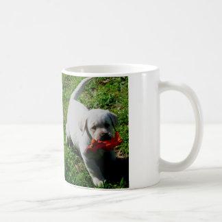 Caneca De Café Filhote de cachorro de Labrador que joga com