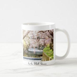 Caneca De Café Flores de cerejeira pelo córrego do moinho