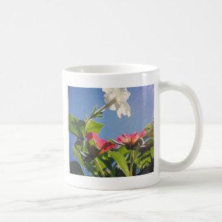 Caneca De Café Flores vermelhas e brancas e céu azul