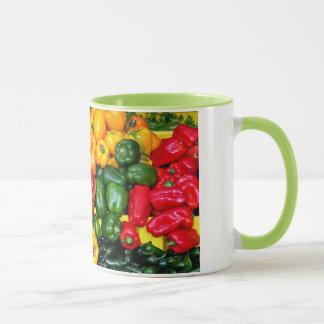 Caneca de café fresca colorida das pimentas