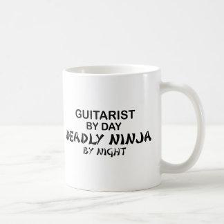 Caneca De Café Guitarrista Ninja mortal em a noite
