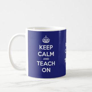 Caneca De Café Mantenha a calma e ensine-a em azul e em branco