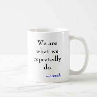Caneca De Café Nós somos o que nós fazemos repetidamente,