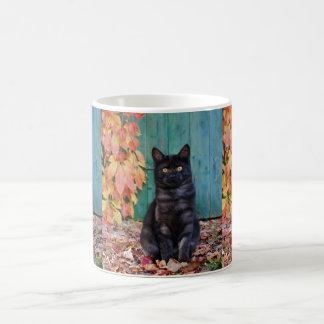 Caneca De Café O gatinho bonito do gato preto com vermelho sae da