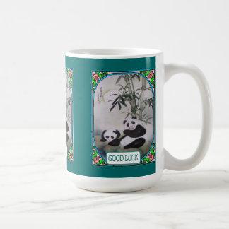 Caneca De Café Pandas chinesas sob uma árvore de mulberry