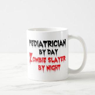 Caneca De Café Pediatra pelo assassino do zombi do dia em a noite