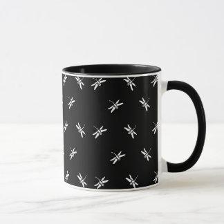 Caneca de café preto e branco das libélulas
