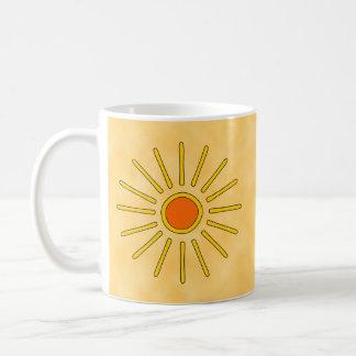 Caneca De Café Sol do verão. Cores amarelas mornas