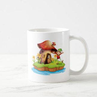 Caneca De Café Um anão fora de uma casa do cogumelo