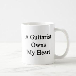 Caneca De Café Um guitarrista possui meu coração