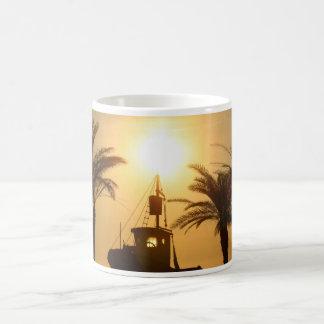Caneca do branco da foto do navio das palmeiras