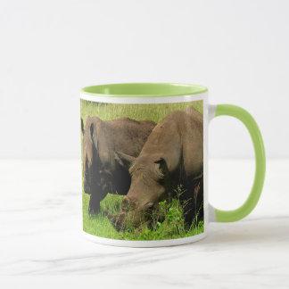 Caneca do rinoceronte e do girafa
