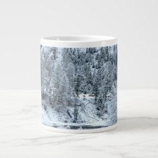 """Caneca enorme de """"dia inverno em Yellowstone """" Jumbo Mug"""