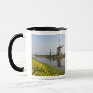 Caneca Moinhos de vento ao longo do canal em Kinderdijk,